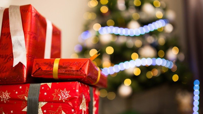 exchange rate benefit for shoppers feature image of presents